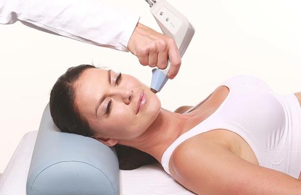 Redukcja zmarszczek na twarzy oraz wygładzenie skóry na szyi i dekolcie urządzeniem Exilis w technologii CRT