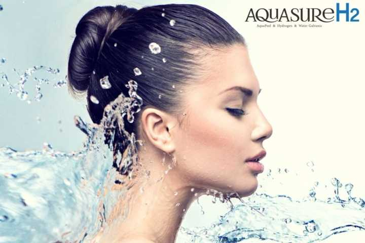 Wieloetapowe oczyszczenie skóry czystym wodorem dające efekt głębokiego odżywienia oryginalnym urządzeniem Aquasure H2